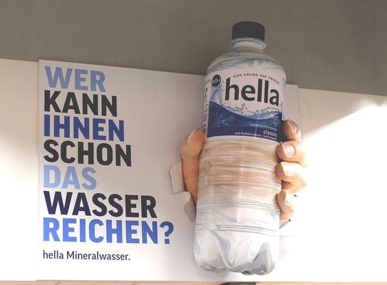 Hella, 2m große bemalte Flasche und Hand
