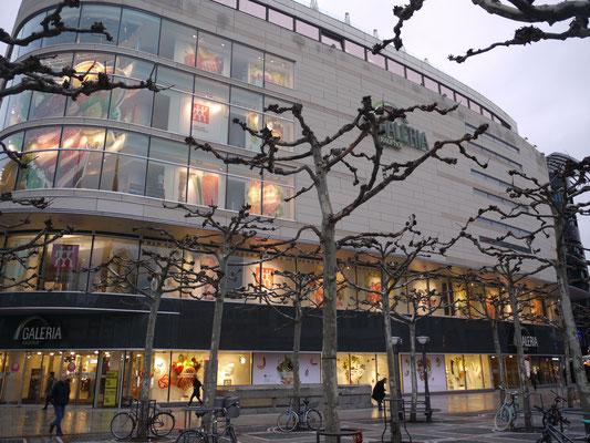 Schaufenster Dekoration im Galeria Kaufhof in Frankfurt