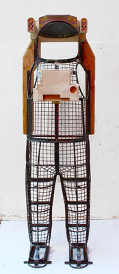 tewito, Unterkonstruktion des Raumanzugs:  Metallgestell mit Leiterfunktion