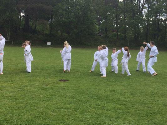 Karate Kids stellen die Karate Grundschule vor.