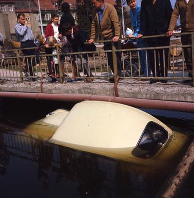 "Auto im Wasser, Mühlbach,  ""Holz Sturm"""