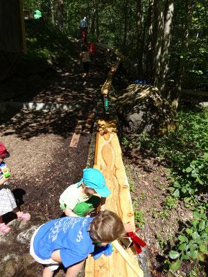 Wasserspiel für die Kinder erstellt von grossen (Kindern)