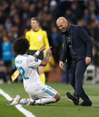 Marcelo se arrodilla ante Zidane tras su gol
