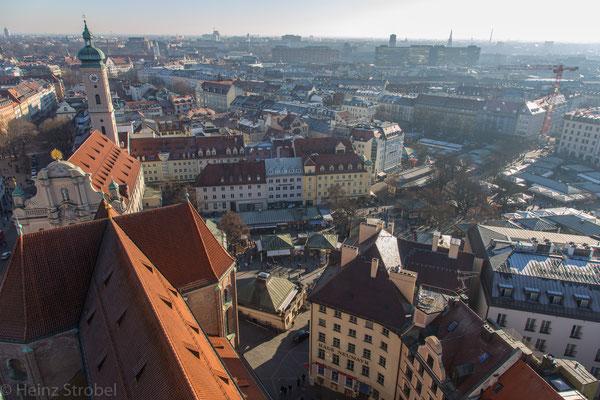 Münchens bekannter Viktualienmarkt, etwas kleiner als der Naschmarkt in Wien.