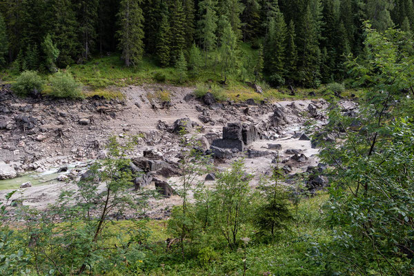 Der Dießbach-Stausee hat sehr wenig Wasser und gibt seine Schätze preis.