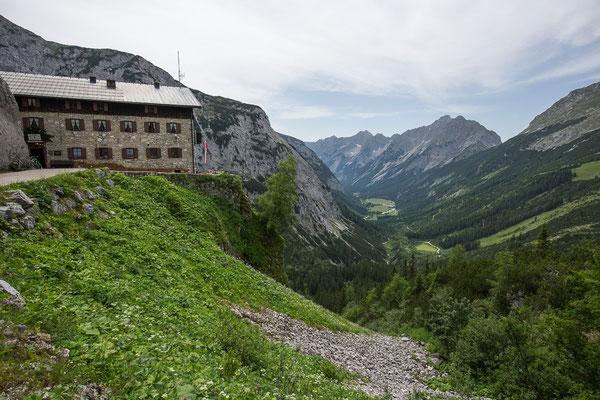 Im Tal unten gehts nach Scharnitz, auf dem rechten Bergrücken verläuft die Grenze zu Deutschland