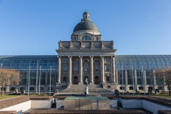 Die Bayrische Staatskanzlei mit Kriegerdenkmal