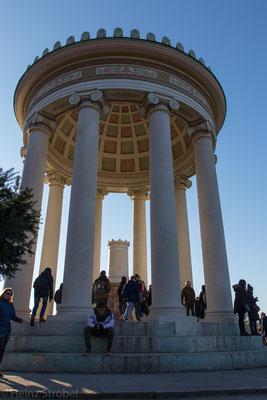 Leo von Klenze errichtete auf Geheiß von König Ludwig I. den Rundtempel im griechischen Stil in der ersten Hälfte des 19. Jahrhunderts.
