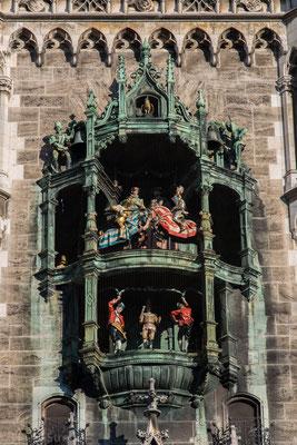 Zum einen die im Februar 1568 gefeierte Hochzeit von Herzog Wilhelm V. mit Renate von Lothringen. Zu Ehren des Brautpaares fand damals ein Ritterturnier auf dem Marienplatz statt. Dabei triumphierte der bayerische Ritter über seinen Gegner aus Lothringen.