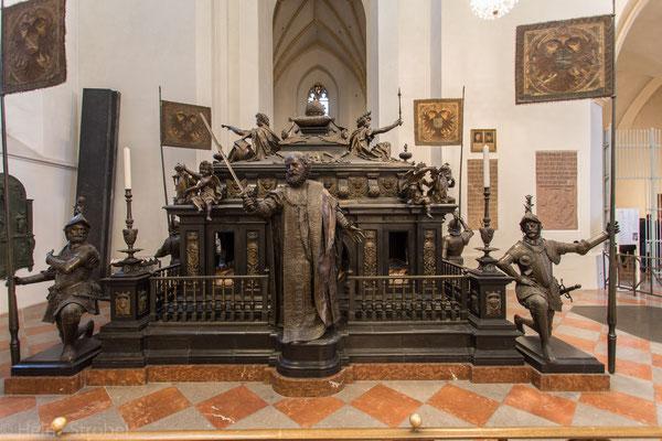 Im hinteren südlichen Teil ist das Kenotaph für den 1347 gestorbenen Kaiser Ludwig den Bayern aufgestellt. Es ist ein Gedächtnismonument, fertiggestellt 1622 von Hans Krumper.