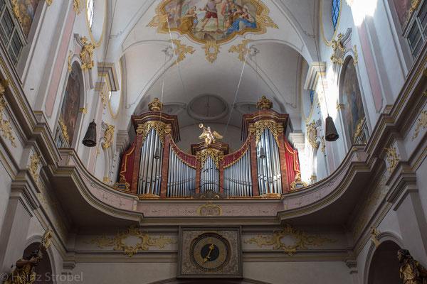 ...mit einer imposanten Orgel...
