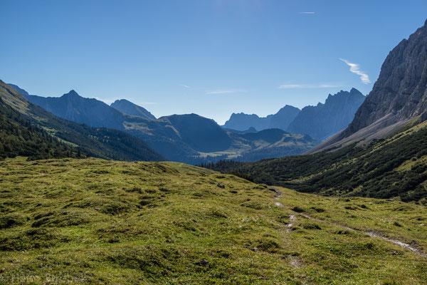 Auf der anderen Seite des Tals erblickt man bereits unser nächstes Ziel, die Falkenhütte. Dazwischen liegt der kleine Ahornboden.