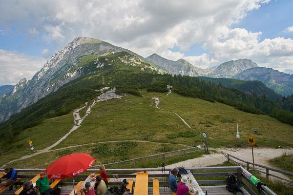 Links Österreich, rechts Deutschland und im Hintergrund der Schneibstein.