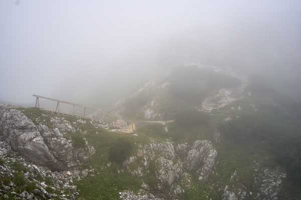 Nebelfetzen ziehen herum, es sieht nach Regen aus.