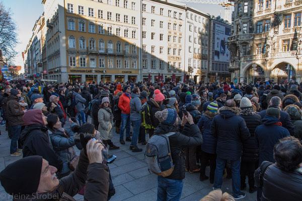 Ein bekanntes Schauspiel sorgt tagtäglich für Enge auf dem ohnehin schon sehr belebten Marienplatz. Pünktlich um 11 und 12 Uhr - von März bis Oktober zusätzlich um 17 Uhr - zeigt das Glockenspiel im Rathausturm zwei Ereignisse aus der Münchner Geschichte.