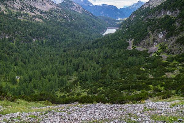 Der obere Rand der Mitterkaserwand, dahinter der Dießbach-Stausee.