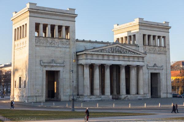 """Mit den dorischen Propyläen, der korinthischen Antikensammlung und der ionischen Glyptothek gilt der Königsplatz als eines der Hauptwerke des ludovizianischen """"Isar-Athen""""."""