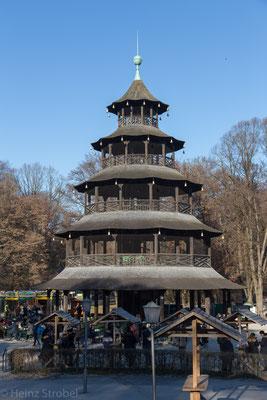 Fast immer ein Platz frei ist im Biergarten direkt am Chinesischen Turm – mit rund 7000 Sitzplätzen einer der größten Biergärten der Stadt.