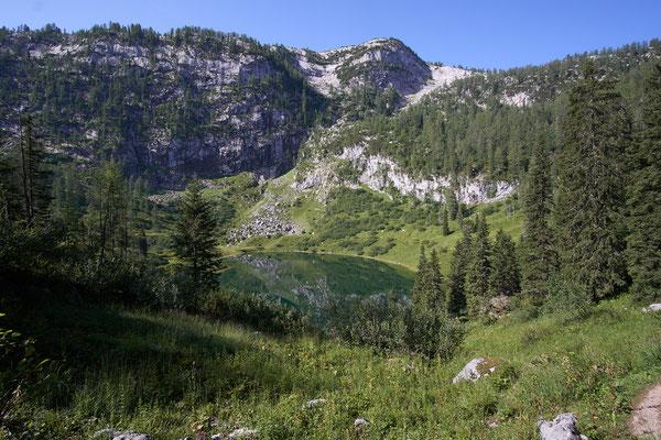 Der Grünsee ist das Gegenteil. Einladend freundlich und schön anzusehen. Noch ahne ich nicht, daß es direkt die Felswand dahinter über steile kräfteraubende Stufen hinauf führt.