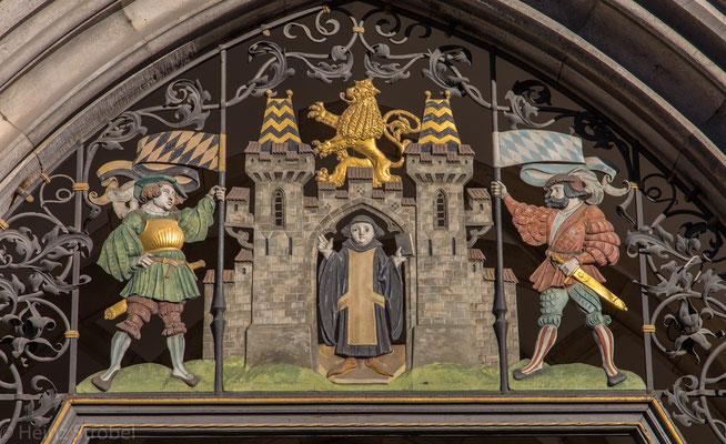 Über dem Eingangstor zum Rathaus