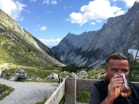 Auf der Lamsenjochhütte gits das erste Getränk und einen Blick richtung Schwaz.