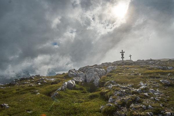 Wie durch ein Wunder reißt es plötzlich, als wir den Gipfel erreichen auf!