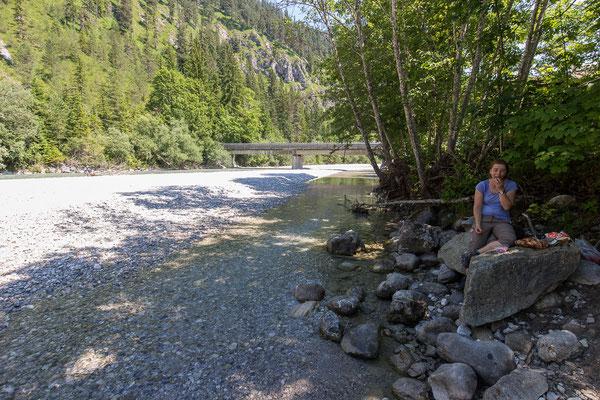 Nach dem anstrengenden Abstieg, eine erholungspause an der Isar (Trinkwasserqualität!)