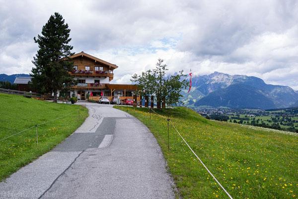 bis zum Gasthof Hinterreit, wo im Winter sehr viele prominente Skifahrer nächtigen und auf der Wiese dahinter trainieren.