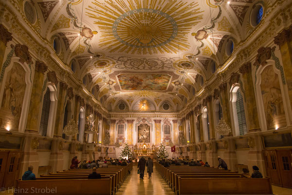 .. eine prächtige obere Kirche.