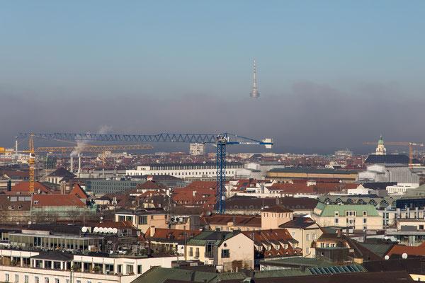 In weiter Ferne ragt aus der Nebelbank ragt der Olympiaturm hervor.
