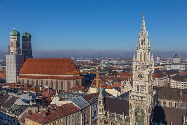Die Frauenkirche und das Rathaus