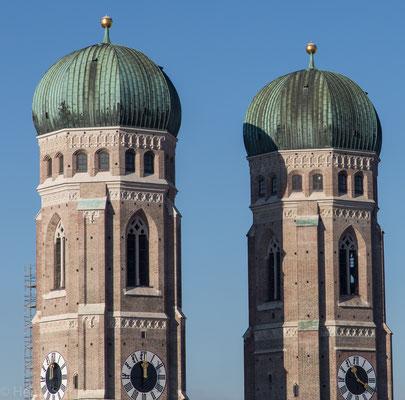 Die beiden ungleich hohen Türme der Frauenkirche. Der Dom zu Unserer Lieben Frau in der Münchner Altstadt, oft Frauenkirche genannt, ist seit 1821 die Kathedralkirche des Erzbischofs von München und Freising und zählt zu den Wahrzeichen Bayerns.