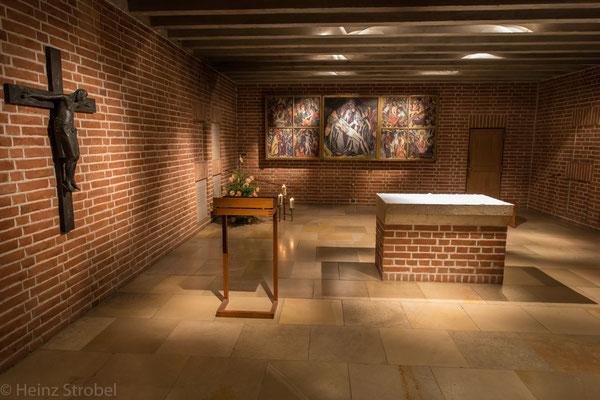 Hinter dem Altarraum führt eine doppelläufige Treppe in die Krypta, den Begräbnisort zahlreicher Wittelsbacher, von Kaiser Ludwig dem Bayern bis zum letzten bayerischen König Ludwig III.,