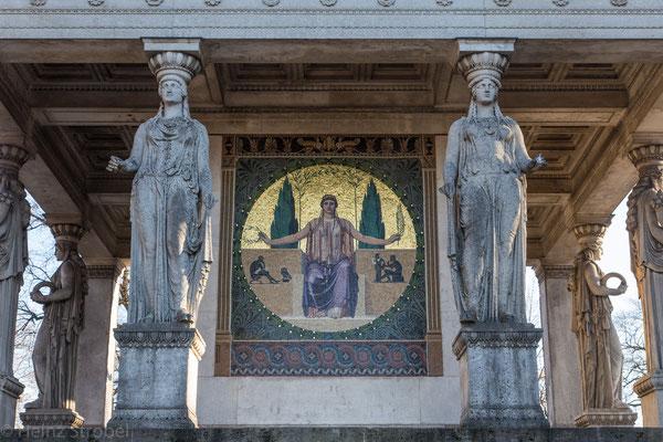 Die goldene Statue auf einem Säulentempel thront auf der Prinzregententerrasse, die eine herrliche Aussicht über die Stadt und neue Perspektiven bietet