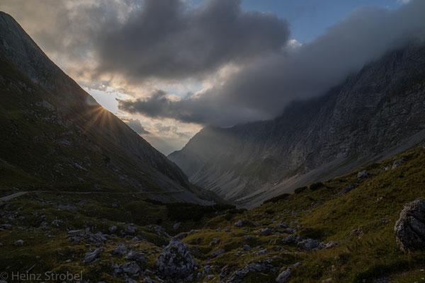 Sonnenaufgang auf der Lamsenjochhütte.