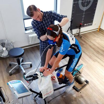 Maximale Information zur Trainingsplanung: Natascha absolviert ein Spiroergometrie mit Laktatdiagnostik auf einem Hochleistungsergometer