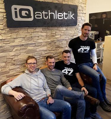 Hat die Couch verdient: Joans Leefmann nach der Leistungsdiagnsotik mit den iQ athletik Trainingsexperten Sebastian Mühlenhoff, Tobias Ohlenschläger und Andreas Wagner