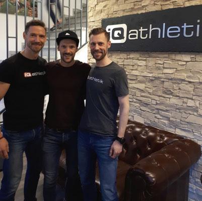 Der Ironman-Weltmeister Patrick Lange zwischen den iQ athletik Gründern und Sportwissenschaftlern Andreas Wagner und Sebastian Mühlenhoff