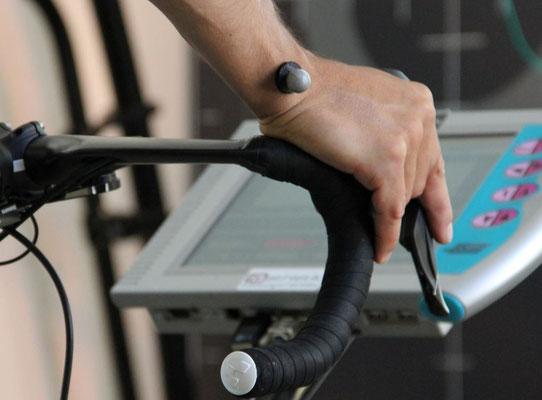 Bikefitting von Kopf bis Fuß: Am ganzen Körper des Sportlers werden mit Markern Punkte markiert