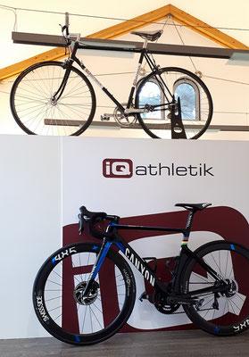 Zeitreise im Trainingsinstitut iQ athletik: ein fast schon historisches und umlackiertes Pinarello Rennrad trifft auf das neue Canyon Aeroad CF SLX