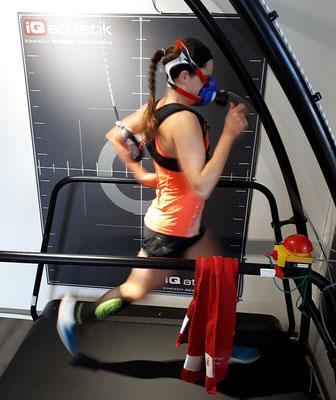 Neuer Tag, neue Diagnostik: Mit einigen Tagen Abstand absolviert Natascha Schmitt ein Leistungsdiagnostik auf dem Laufband