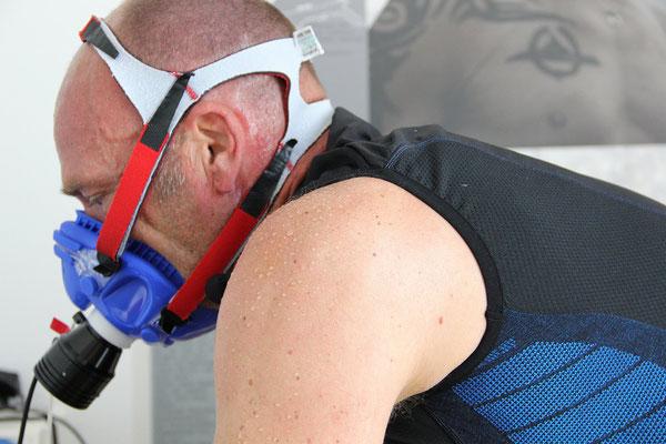 Schweiß und Leidenschaft: Kai Hundertmarck bei der Leistungsdiagnostik auf dem Fahrradergometer