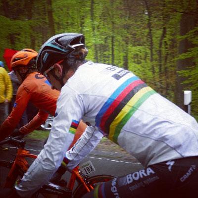 Peter Sagan mit Regenbogentrikot im Dauerregen