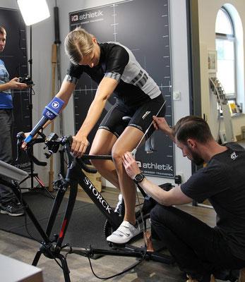 Fahrradbiometrie: Vermessen der Sitzposition und bestimmter Geometrien auf dem Fahrrad. Neben Sattel und Radschuhen bietet das Fahrrad-Cockpit viele Ansätze zum Optimieren: Vorbaulänge, Lenker, Brems- und Schaltgriffe sowie die Sattelüberhöhung.