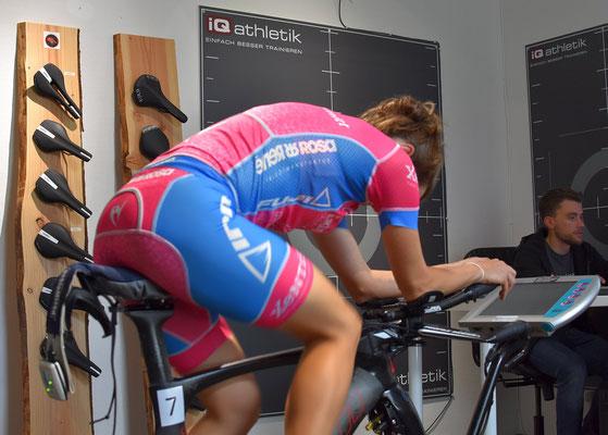 Die optimale Sitzposition auf dem Triathlonrad verlangt nach einem speziellen und individuell passenden Sattel.