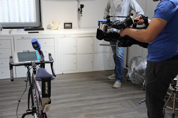 Ebenso startklar ist das Kamerateam des hr-fernsehen und die Messvorrichtung an einer zentralen Kontaktstelle zwischen Fahrer und Fahrrad: dem Sattel.