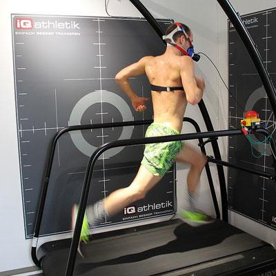 Der zweifache Ironman-Weltmeister Patrick Lange bei der Leistungsdiagnostik auf dem Laufband