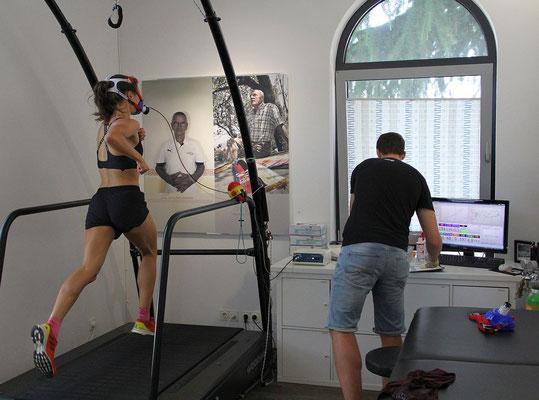 Während dem Test auf dem Laufband überwacht der Diagnostiker physiologische Parameter