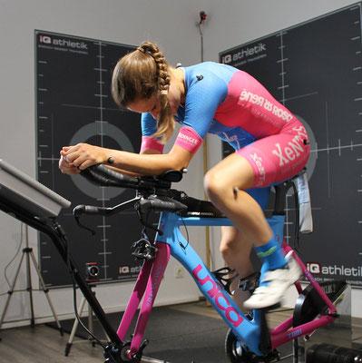 Die Profi-Triathletin Natascha Schmitt beim Bikefitting auf ihrem neuen Triathlonrad
