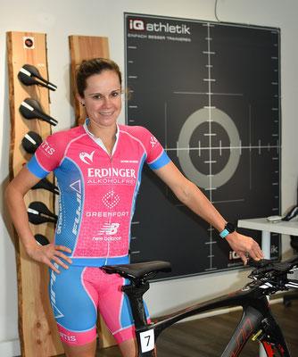 Die Profi-Triathletin Natascha Schmitt und der neue Stride Sattel im Bikefitting-Labor des Trainingsinstitutes iQ athletik.